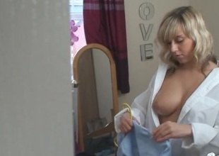 Nearly naked hottie spied on as she folds her clothes